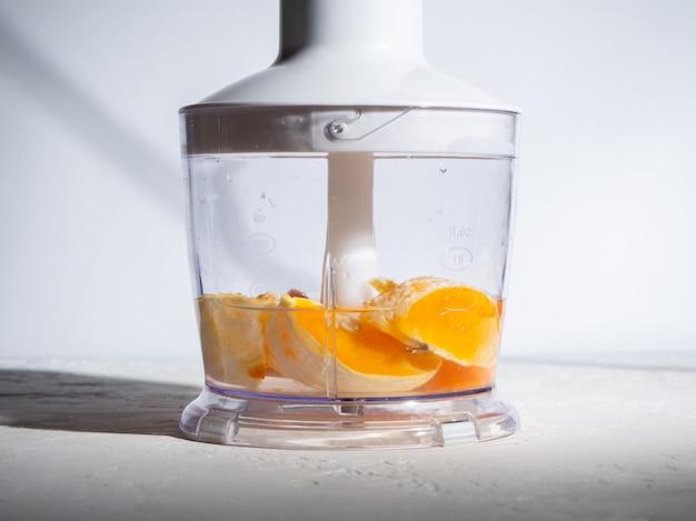Schritt-für-schritt-anleitung zur herstellung von smoothies aus orange und karotten. konzept der richtigen ernährung.