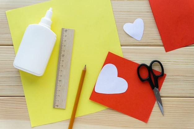 Schritt für schritt anweisungen. kinder valentinstag für urlaub machen, draufsicht.