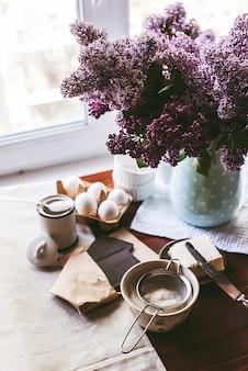Schritt für schritt bereitet der küchenchef ein dessert zu - schokoladenfondant. klassisches rezept.