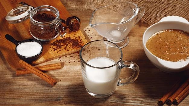 Schritt für schritt koreanischen dalgona-kaffee kochen. gießen sie die erste schicht milch und eis.