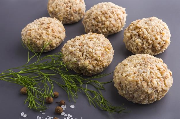 Schritt für schritt rezept. vegetarische buchweizenkoteletts kochen