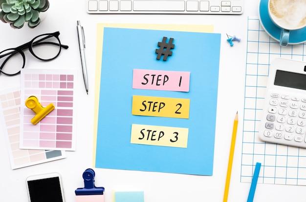 Schritt zum erfolg und zur geschäftsentwicklung mit text auf dem schreibtisch