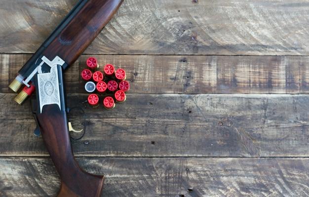 Schrotflinte mit kanonen, die mit patronen überlagert sind. draufsicht.