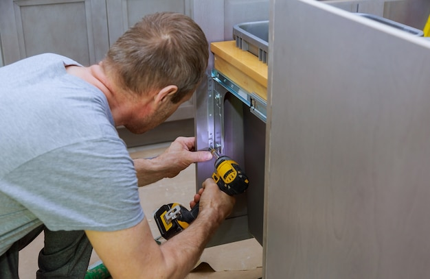 Schubladen mülleimer theken schränke in der küche installiert blindschrank