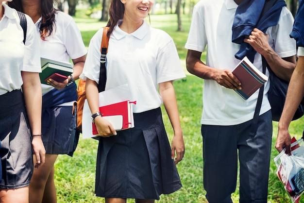 Schüler auf dem heimweg von der schule Premium Fotos