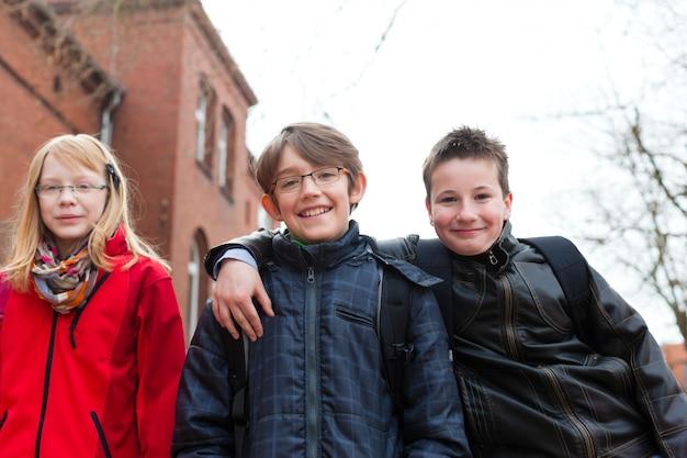 Schüler auf dem schulhof ihrer schule