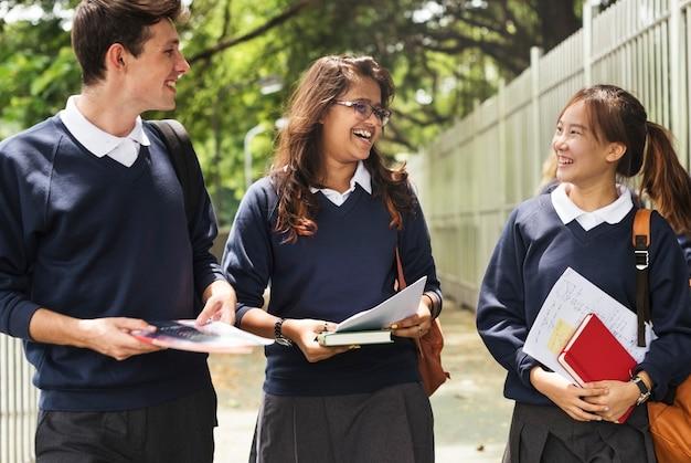 Schüler auf dem weg von der schule nach hause