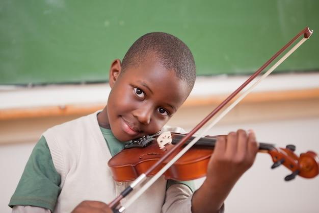 Schüler, der die violine spielt