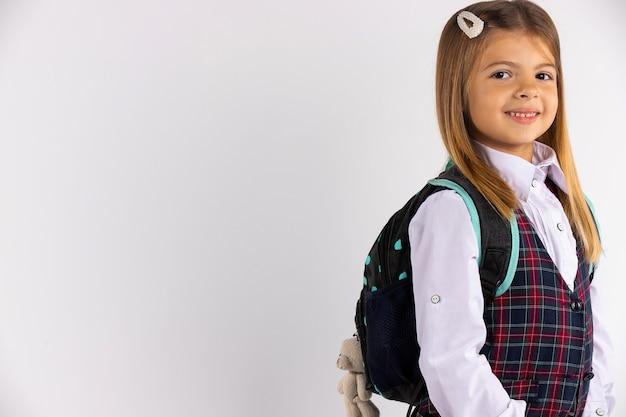 Schüler der grundschule der vorschule. nettes kind lächelnd geht zur schule. zurück zur schule.