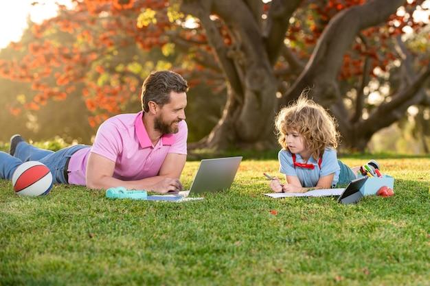 Schüler der grundschule lernen im freien lernen