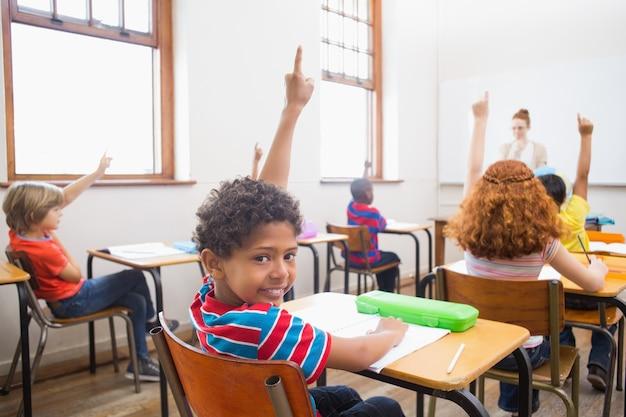 Schüler, der ihre hände während des unterrichts anhebt