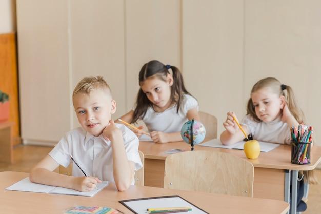 Schüler, der kamera auf klassenzimmer betrachtet