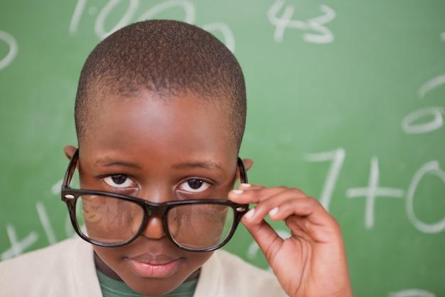 Schüler, der über seinen gläsern schaut