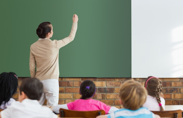 Schüler, die auf ihren lehrer an der tafel hören