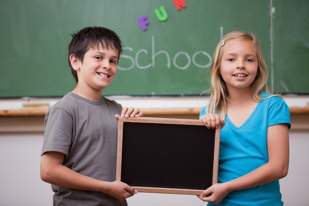 Schüler, die einen schultafel halten