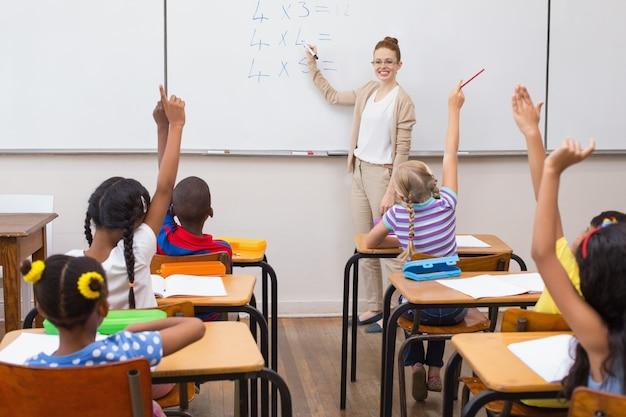Schüler, die hand im klassenzimmer anheben