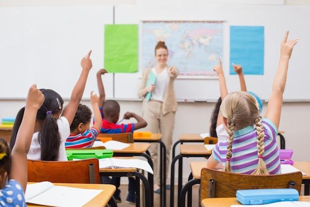 Schüler, die hand während der geografiestunde im klassenzimmer anheben
