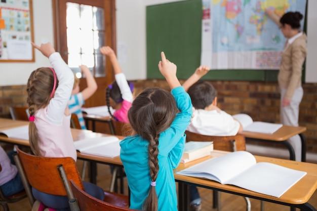 Schüler, die ihren lehrer an der karte hören