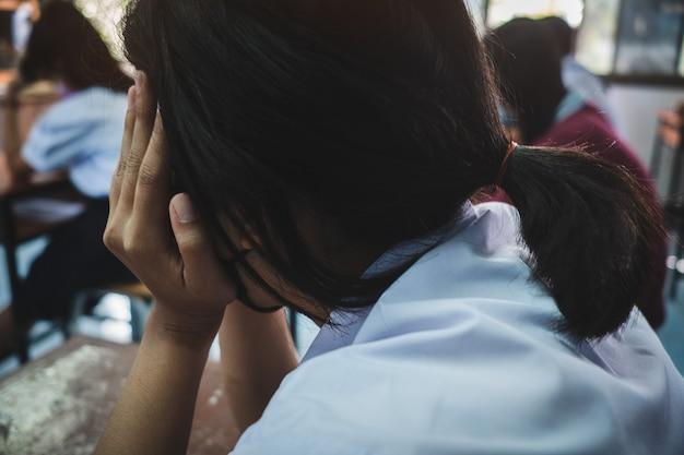 Schüler, die im klassenzimmer eine stressige prüfung ablegen