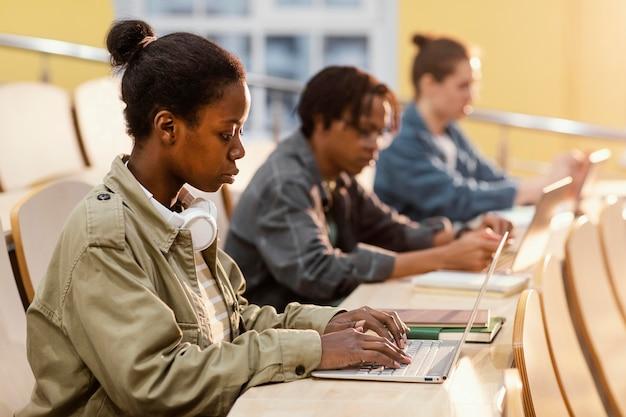 Schüler, die im unterricht aufpassen
