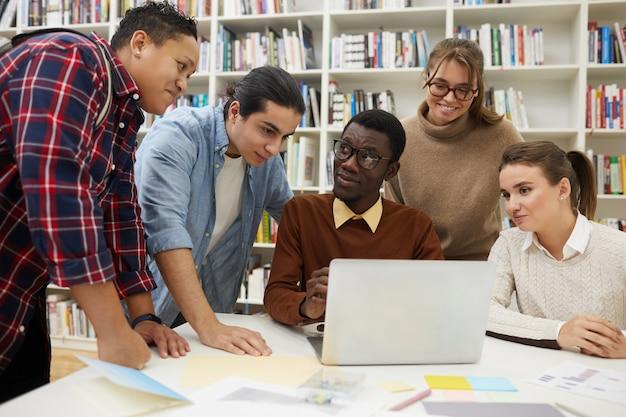 Schüler, die in der bibliothek studieren