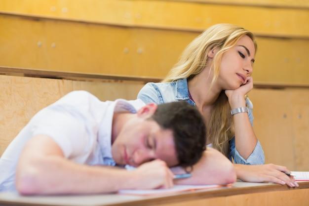 Schüler, die während des unterrichts einschlafen