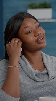 Schüler diskutieren mit mathematikprofessor während einer online-videokonferenz, die den mathematikunterricht mit der virtuellen e-learning-college-plattform studiert