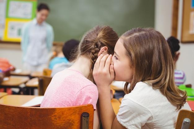 Schüler flüstern geheimnisse während des unterrichts