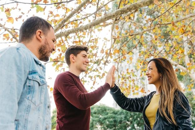 Schüler geben sich gegenseitig high five