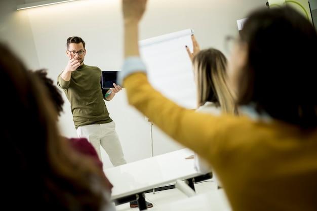 Schüler heben die hände, um die frage während des workshops zu beantworten