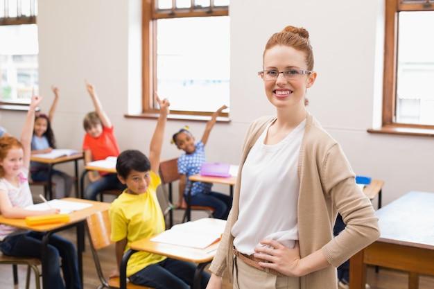 Schüler hoben ihre hände während des unterrichts