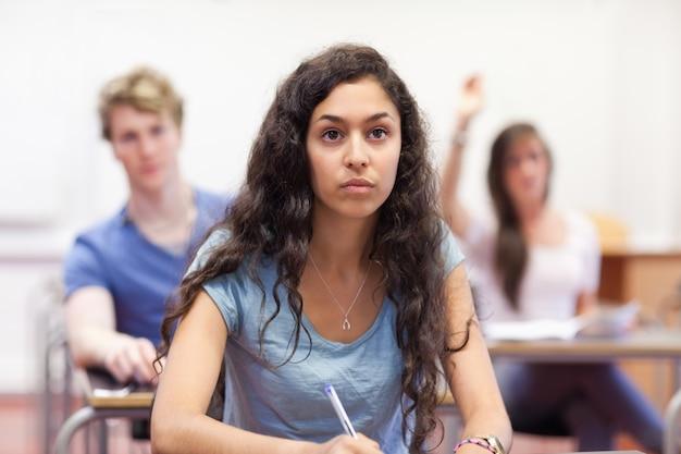Schüler hört ihrem lehrer zu