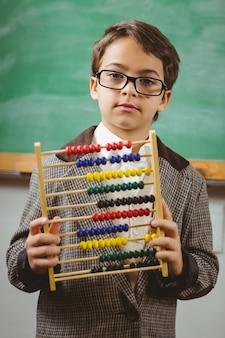 Schüler kleidete oben als lehrer an, der abakus hält
