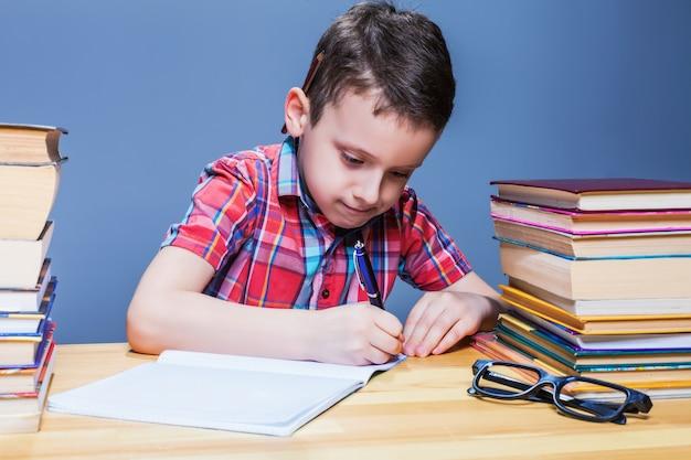 Schüler lernen in der schule, hausaufgaben lernen