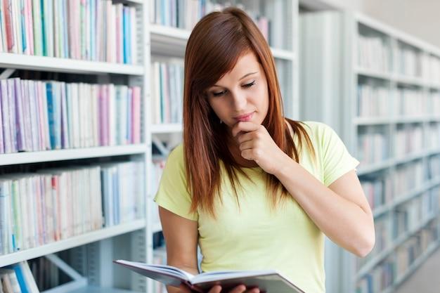Schüler lesen in der bibliothek