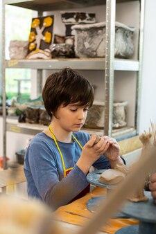 Schüler macht seine hausaufgaben für die kunstschule