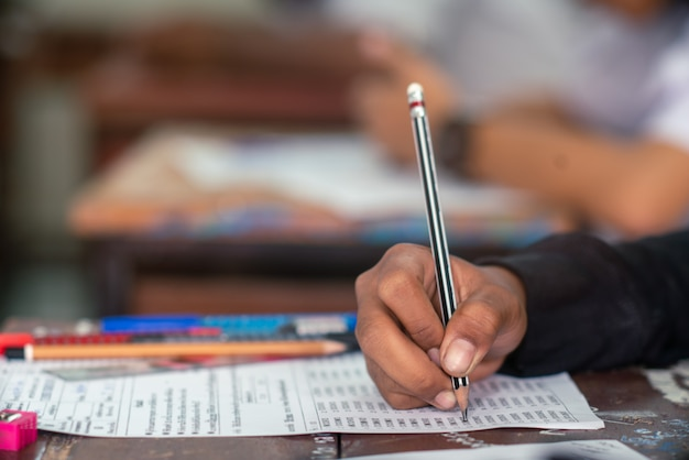 Schüler macht test im klassenzimmer