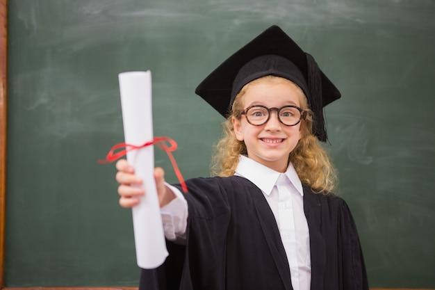 Schüler mit abschlussgewand und abschluss ihres diploms
