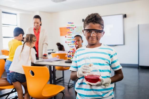 Schüler mit einem naturwissenschaftlichen unterricht