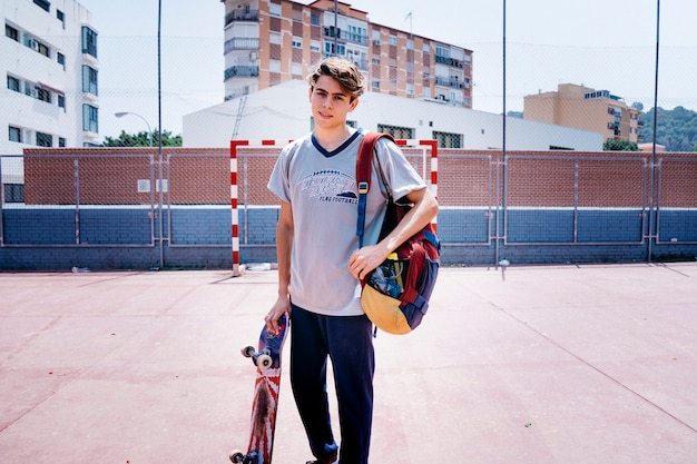Schüler mit skateboard