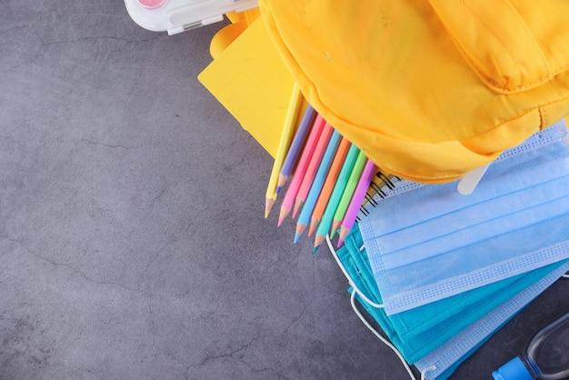 Schüler schultasche pack mit desinfektionsmittel, eine gesichtsmaske.