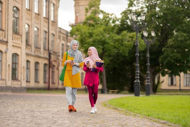 Schüler sind aufgeregt. fröhliche internationale muslimische studenten, die sich vor der ersten prüfung aufgeregt fühlen