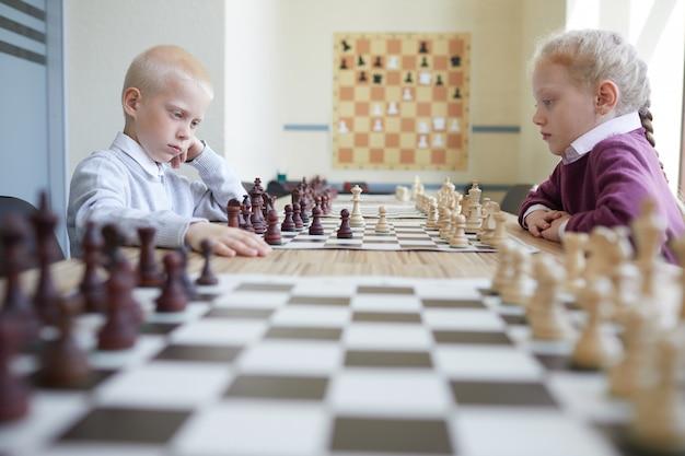 Schüler spielen schach
