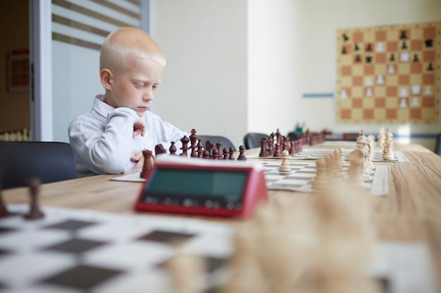 Schüler spielt schach