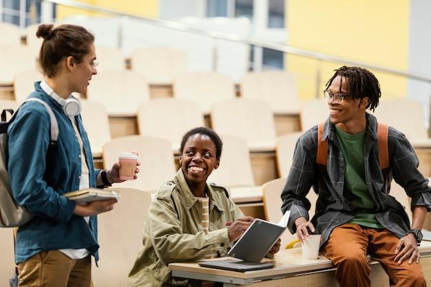 Schüler sprechen nach dem unterricht