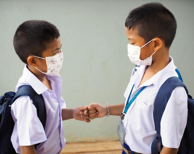 Schüler tragen masken zum schutz vor viren und faustschlägen