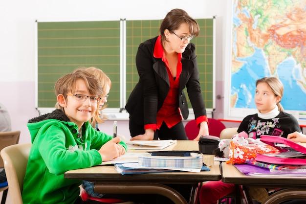 Schüler und lehrer lernen in der schule