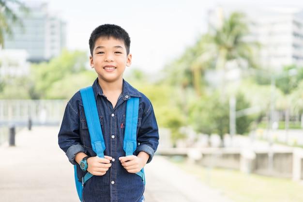 Schüler von grundschule von vorschule kindergartenschulkonzept das nette kinderlächeln geht zu sch