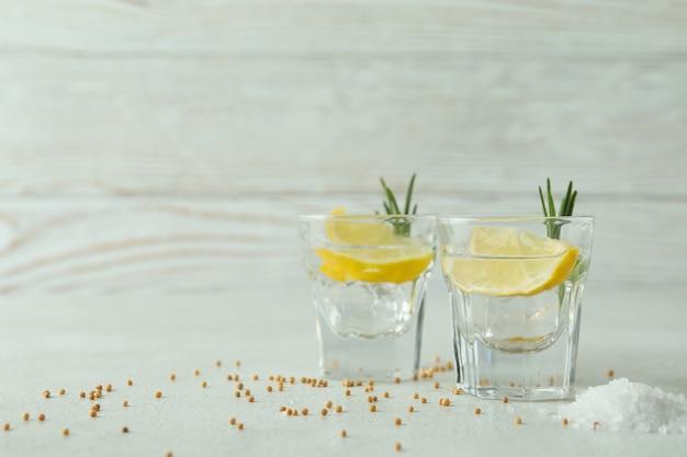 Schüsse von tequila auf weiß strukturiertem tisch