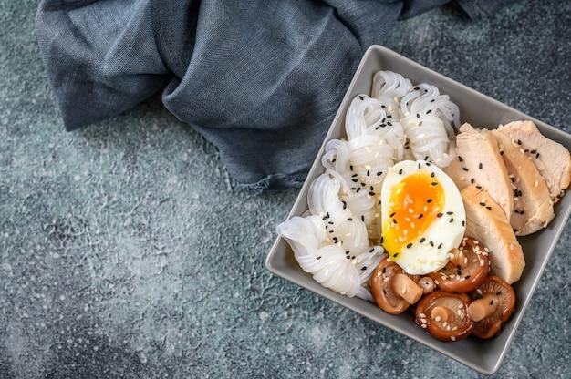 Schüssel asiatisches essen mit konnyaku